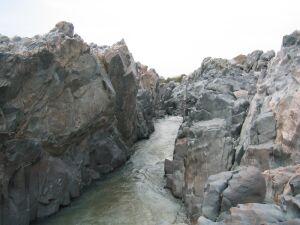 Schlucht mit Wasserlauf