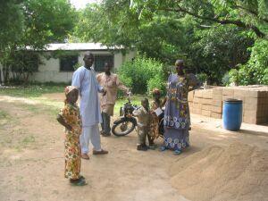 Raymond und Valentina mit ihren Kindern (am Motorrad ein Besucher)