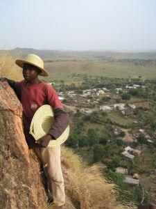 Dieser Junge hofft, uns seine selbstgeflochtenen Strohhüte verkaufen zu können.