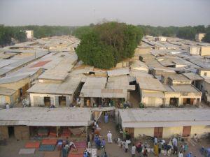 Ein Teil der Händer auf dem Markt haben ihre Läden in festen Gebäuden.