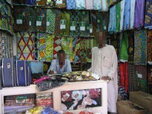 Handel mit Stoffen und Reisetaschen.