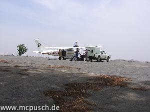 Das Flugzeug wird aufgetankt - frisch vom Fass.