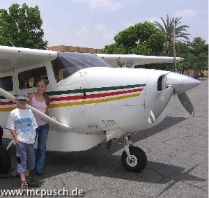 Timon und Bernice neben dem Flugzeug