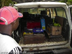 Kofferraum, beladen mit Werkzeug, Generator und Arbeitsmaterial.