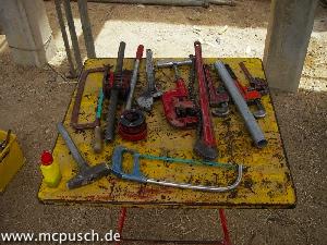 Metalltisch mit verschiedenen Werkzeugen.