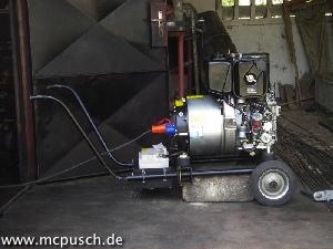 Ein kleiner Generator auf einem fahrbaren Rohrgestell.