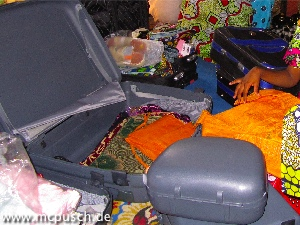 offener Koffer mit Geschenken